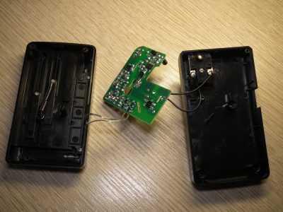 Зарядник для телефонных аккумуляторов YIBO YUAN SS-C1 внутри